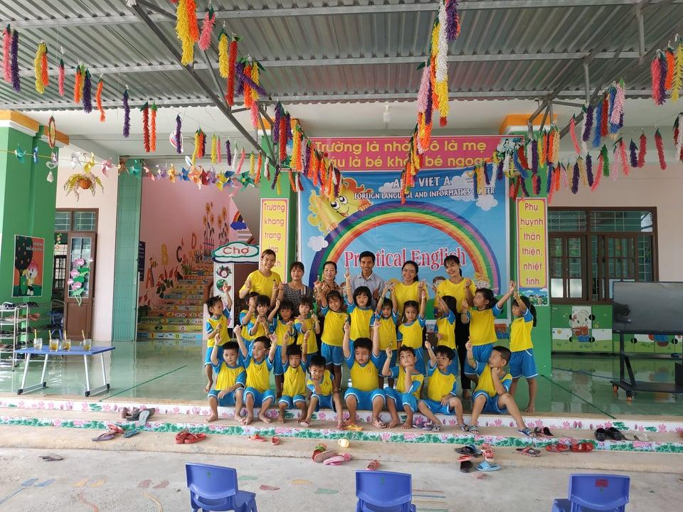 Tập thể Trung tâm Tiếng Anh Tin Việt Á chụp hình lưu niệm cùng cô và các cháu của trường Mẫu giáo Phú Thành B